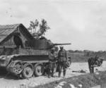 Немецкие офицеры рядом с брошенным БТ-5.jpeg