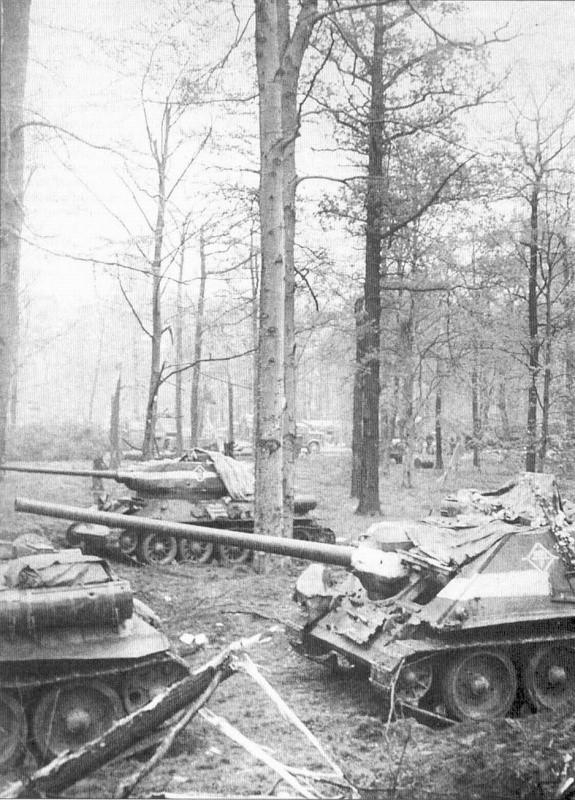 СУ-100 около Берлина. На заднем плане Т-34-85. 30 апреля, 1945.