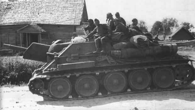 СУ-122 с десантом около Харькова. Август, 1943.